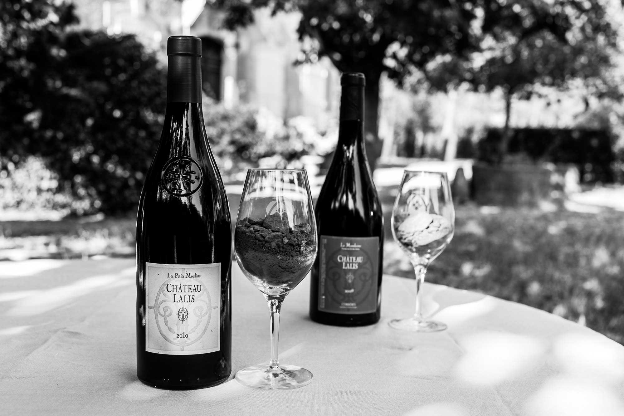 présentation bouteilles et verres du château Lalis