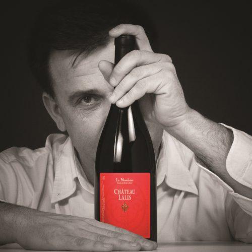 Philippe Estrade et une bouteille de vin rouge